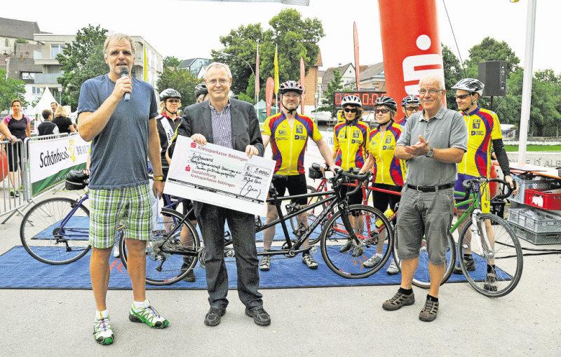 Bei der Übergabe des symbolischen Schecks (vorne von links): Stadtlauf-Organisator Axel Stahl, Carsten Claus und Günter Becker